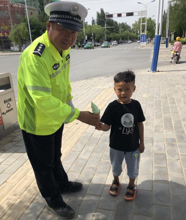 吴忠市红寺堡区:6岁萌娃用冰淇淋慰问执勤交警,感谢一路守护