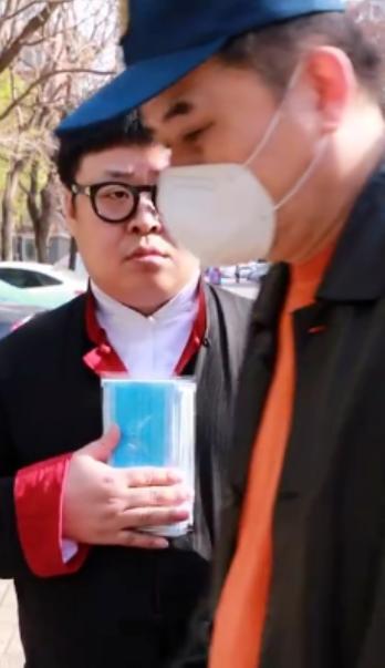 61岁毕福剑罕见曝光!犯烟瘾在车站吞云吐雾,一身衣服穿半年