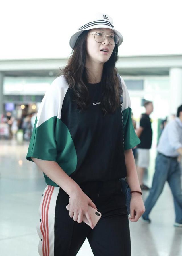 28岁惠若琪现身机场,身材高挑很漂亮,解说工作受好评 第6张