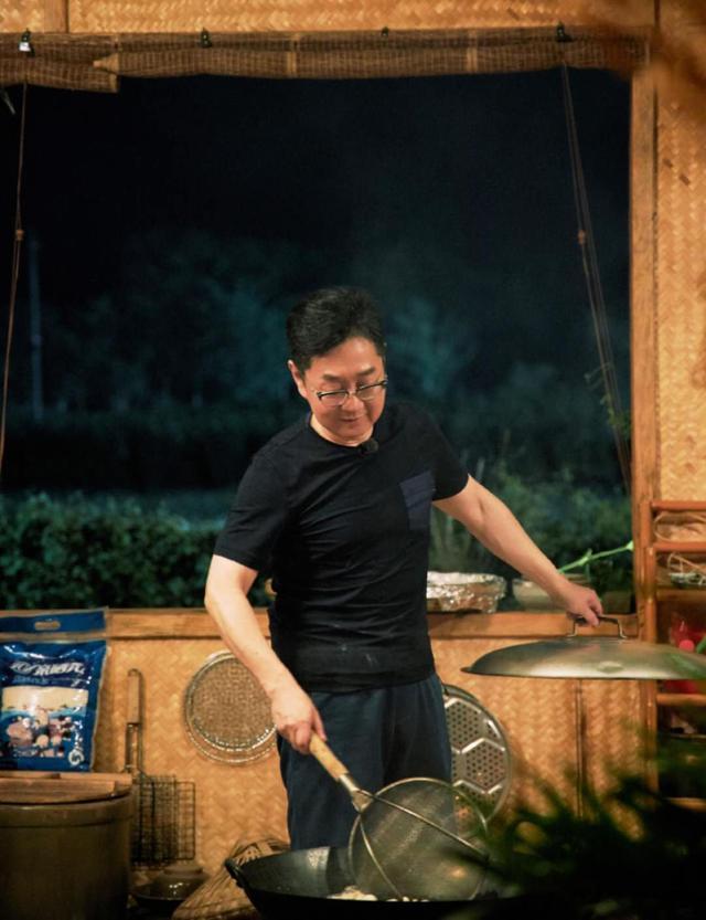 主持人张绍刚48岁沉迷健身,瘦身后被指没精神,晒肌肉照健硕有型