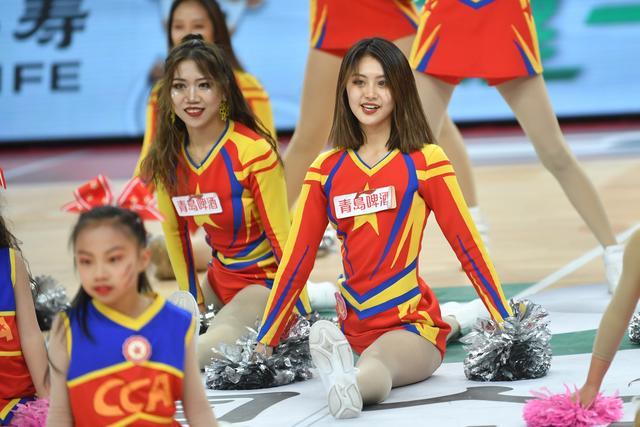 山西篮球拉拉队小姐姐们赛场舞蹈 活力四射灿烂微笑 大秀一字马