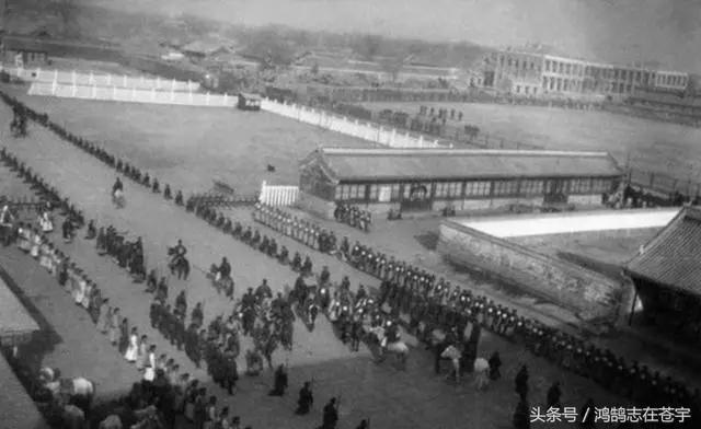 八国联军侵华老照片,百姓帮洋人扶梯领路,官员送锦旗跪拜不起
