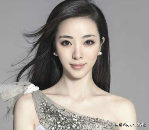 央视美女主持人李思思,秀恩爱表白老公,手上超大婚戒抢镜