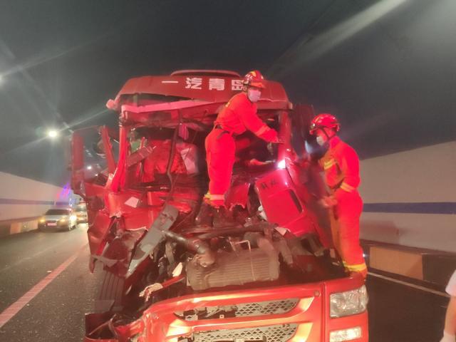 京礼高速两辆货车追尾,消防员15分钟救出被困司机