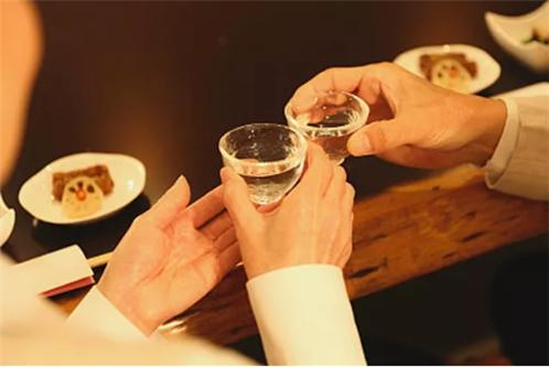 喝蜀相老酒时,为何旁边一定放一瓶矿泉水?