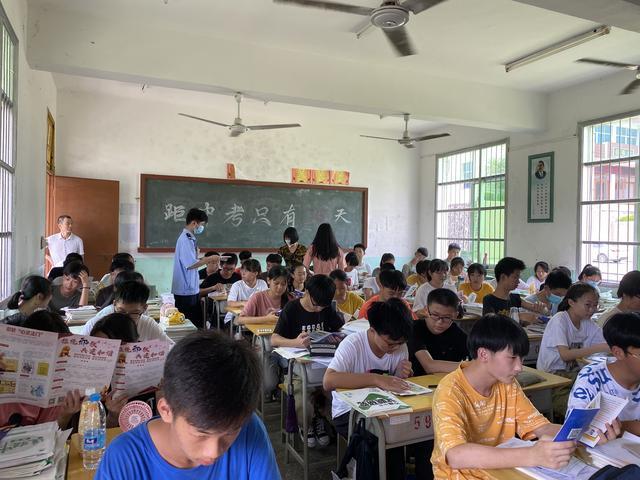 福建南安市公安局诗山派出所:综治宣传进校园 普法教育共成长