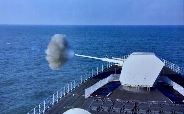 055大驱的130mm舰炮厉害,还是最新的155mm卡车炮更强?