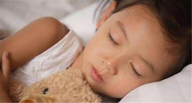 """宝宝多大能用""""枕头""""?儿科专家:过早过晚对孩子都不好"""