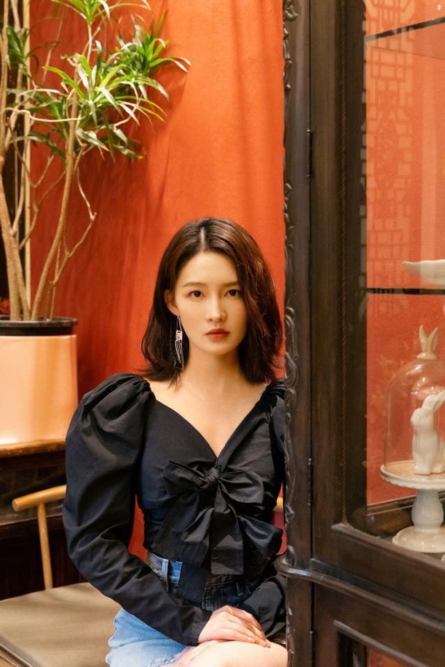 名门泽佳:李沁生图火上热搜?黑色泡泡袖上衣搭牛仔裙效果又美又飒
