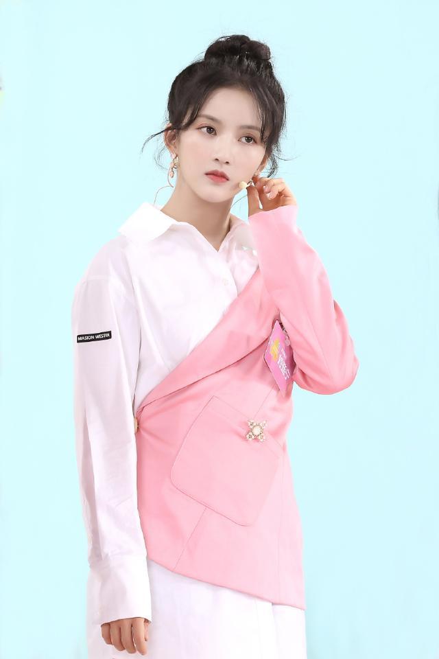 名门泽佳:刘些宁真是个铁憨憨,穿不规则西装内搭衬衫效果时尚高级