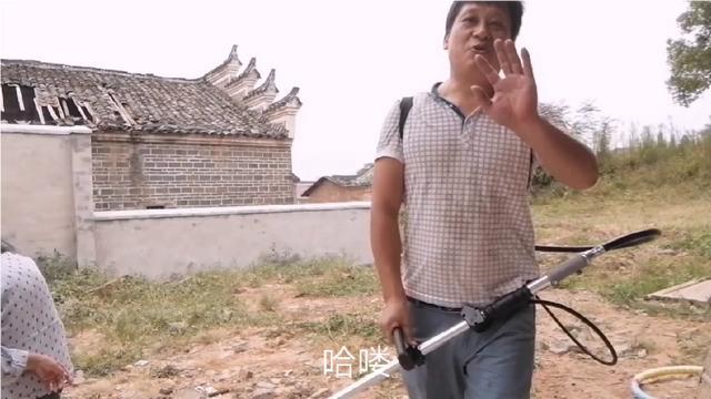 房前的杂草长了这么高,川哥发动老婆儿子一起除,草多,蚊子多