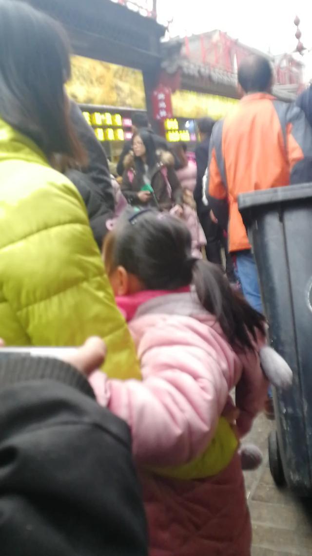 """实拍北京王府井步行街:游人如织人气""""火爆"""",随处可见外国游客"""
