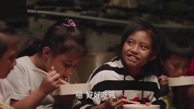 萌娃兄弟王建博一天天操碎了心,饭桌上管着姥爷,生活中看着弟弟