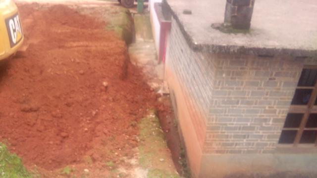 用挖机挖土做房子。