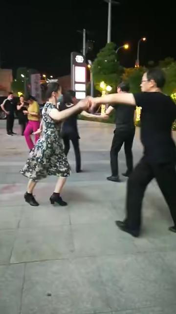 广场舞现场实拍,马王爷共跳第二套水兵舞健身操
