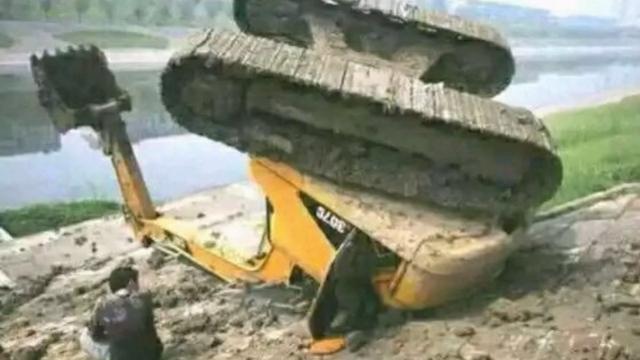 挖机表演翻车视频