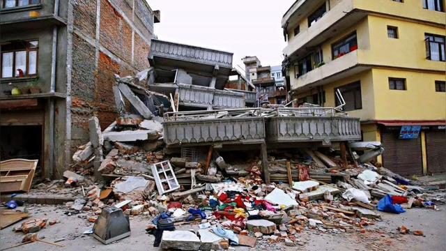 监控记录了地震全过程 场面让人恐惧 地动山摇 群众慌忙逃生