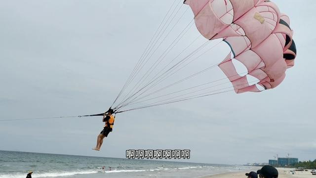 越南岘港美溪沙滩真漂亮,晶晶一个劲儿自拍,这大海能衬托出颜值