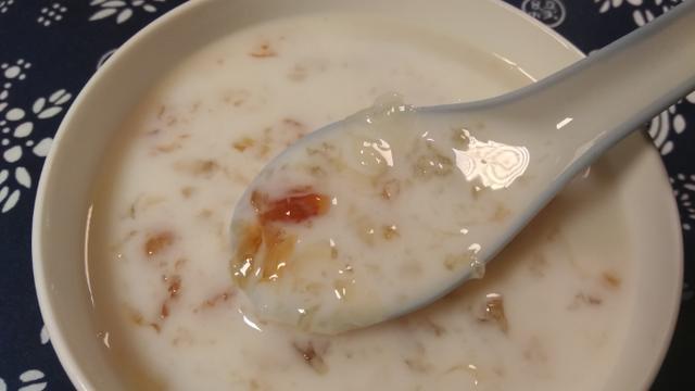 桃胶银耳炖奶图片