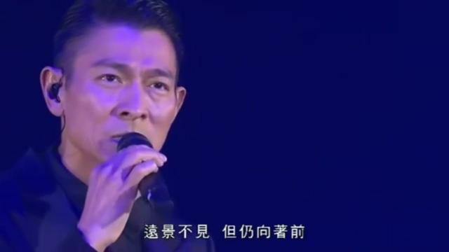 华仔92年金曲颁奖《真我的风采》现场,梅艳芳在台下独领风骚