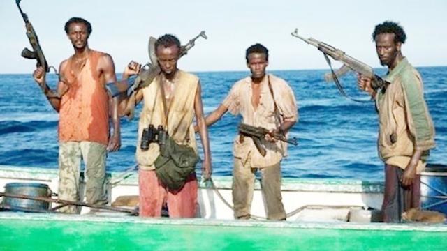 航行遭遇海盗后,我国海军为什么不开枪击毙他们?背后原因让...