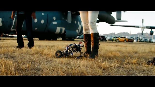 小机器人遇到小姐也是蛮热情的,居然做那种动作!