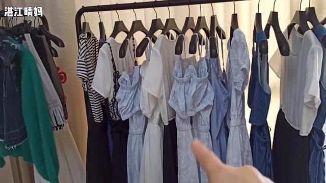 这里的衣服都拿来做特价,全场49还包邮,买5件才够本