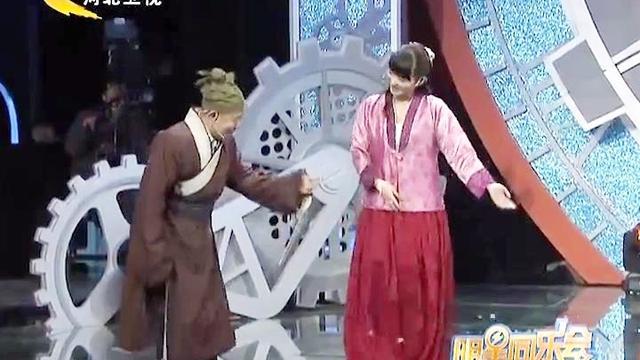 """""""武大郎""""与潘长江比身高,两人还共唱《过河》_网易视频"""