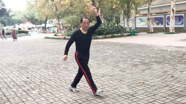 穿蓝衣的大爷78岁了第二次跳鬼步舞,太牛了,跳得停不下来了