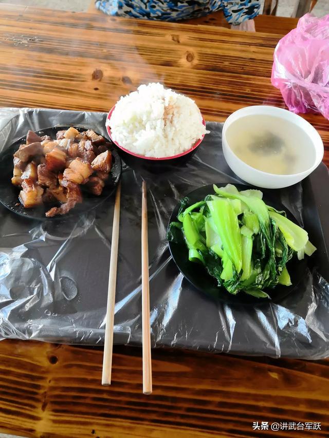 午饭,一盘红烧肉,一盘青菜,一碗米饭,15元,贵不贵