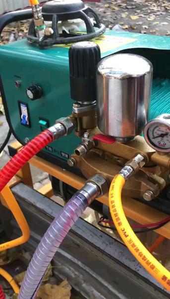 新买的电动打药机,一天可以打一百亩地,但是效率很高很好用!
