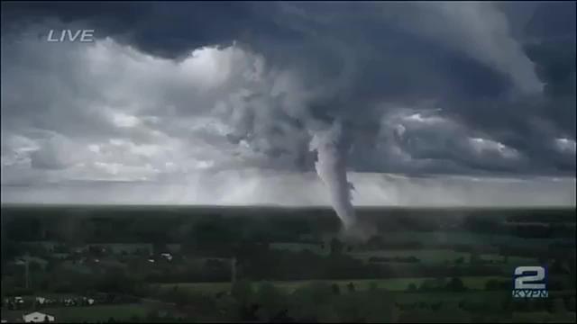 美国遇史上最强龙卷风,导演驾驶汽车近距离拍摄,谁料被风卷走