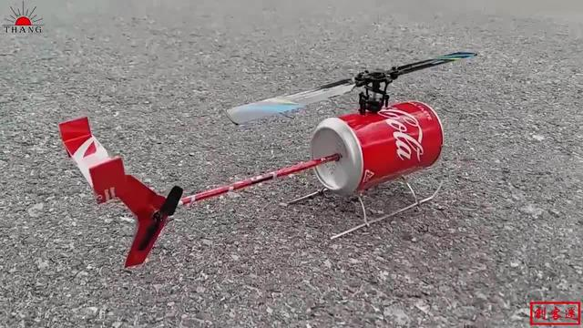 小伙在家自制遥控飞机,想玩玩具在家造,这技术不服不行