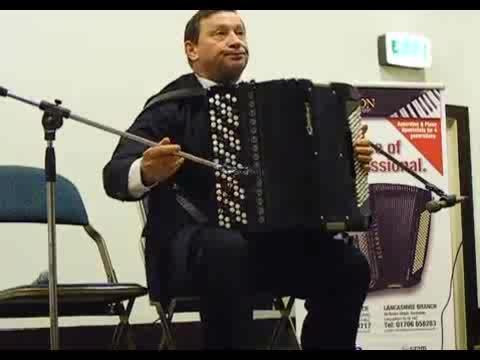 手风琴演奏姿势图片