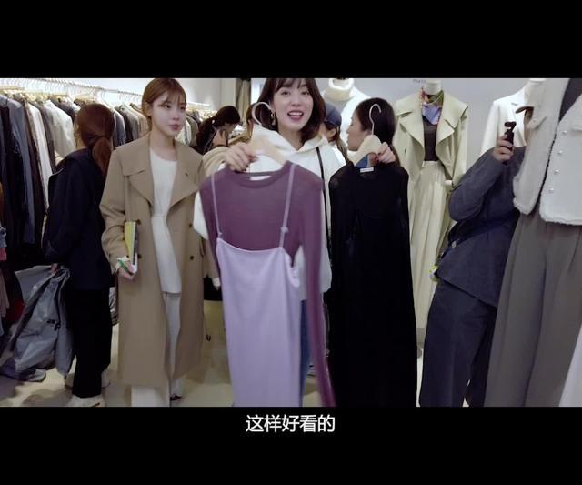 街拍吊带连衣裙美女