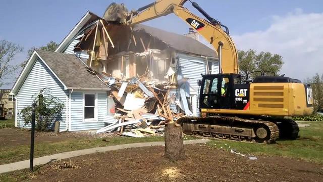挖掘机拆房子,司机的操作技术让人佩服,可惜了这么新的房子