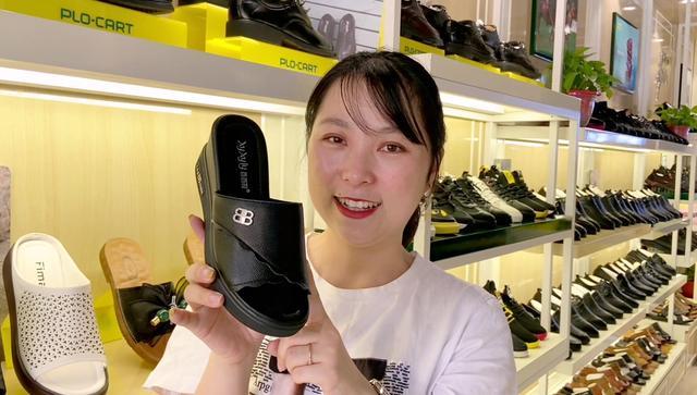 女士坡跟厚底拖鞋。