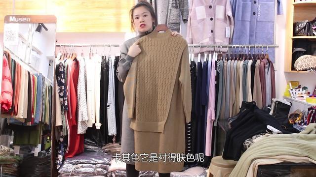 丹丹带来百搭的修身长款毛衣,领口设计的恰到好处,衣橱必备品