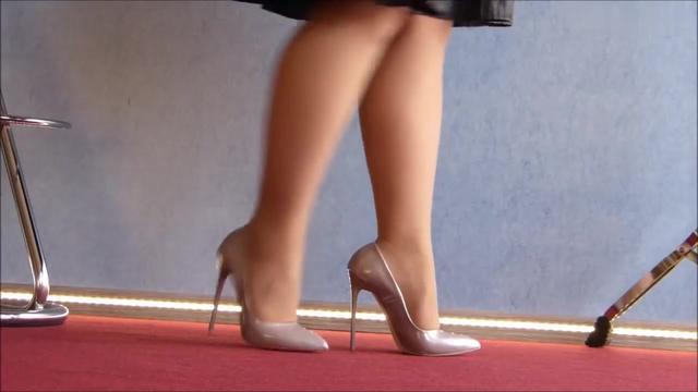 美女试穿多种高跟鞋,你觉得哪一款最性感呢?-高清... -头条视频