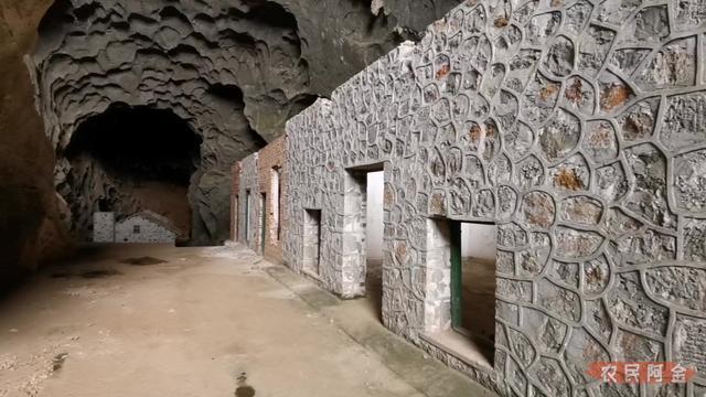单身小伙山洞建别墅,用完30万预算后,看着未完工的房子揪心了