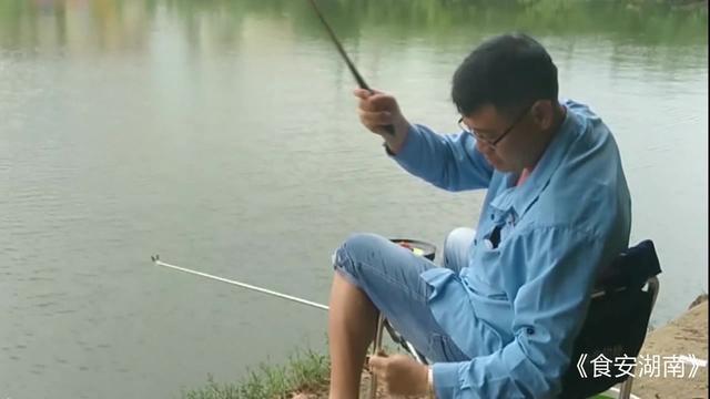 钓友战黑坑2米7鱼竿没想接连上鱼,手感真不错、要的就是这感觉