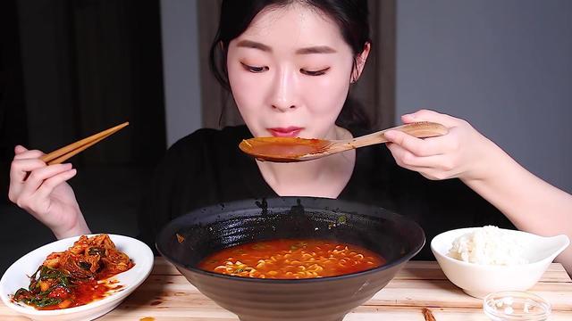 韩国吃播:小姐姐一口气吃完1大碗火鸡面,真过瘾!