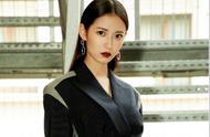 陈钰琪身穿黑色西装裙出席米兰时装周,红唇配蓝色短靴,又炫又美