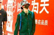 21岁蔡徐坤即将亮相米兰时装周 机场造型凸显少年气,腿长逆天