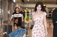 李菲儿穿碎花连衣裙走机场,近照淡妆气质好,30多岁了白到发光