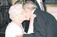 英国女王的尴尬瞬间:图二当众涂口红,最后一个让女王很较真!