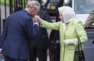 英国女王尴尬瞬间:查尔斯当众亲妈咪,最后一张女王悄悄涂口红!