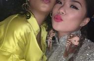 巨星蕾哈娜和王菊在一起,王菊的旗袍搭配人头耳环,让人很惊讶!