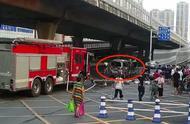 车辆自燃丈夫被困,妻子不救人先救货,反加大火势,把老公烧重伤