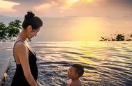 胡杏儿首晒二胎孕肚泳装写真,轻抚孕肚与老公儿子对视甜蜜又温馨